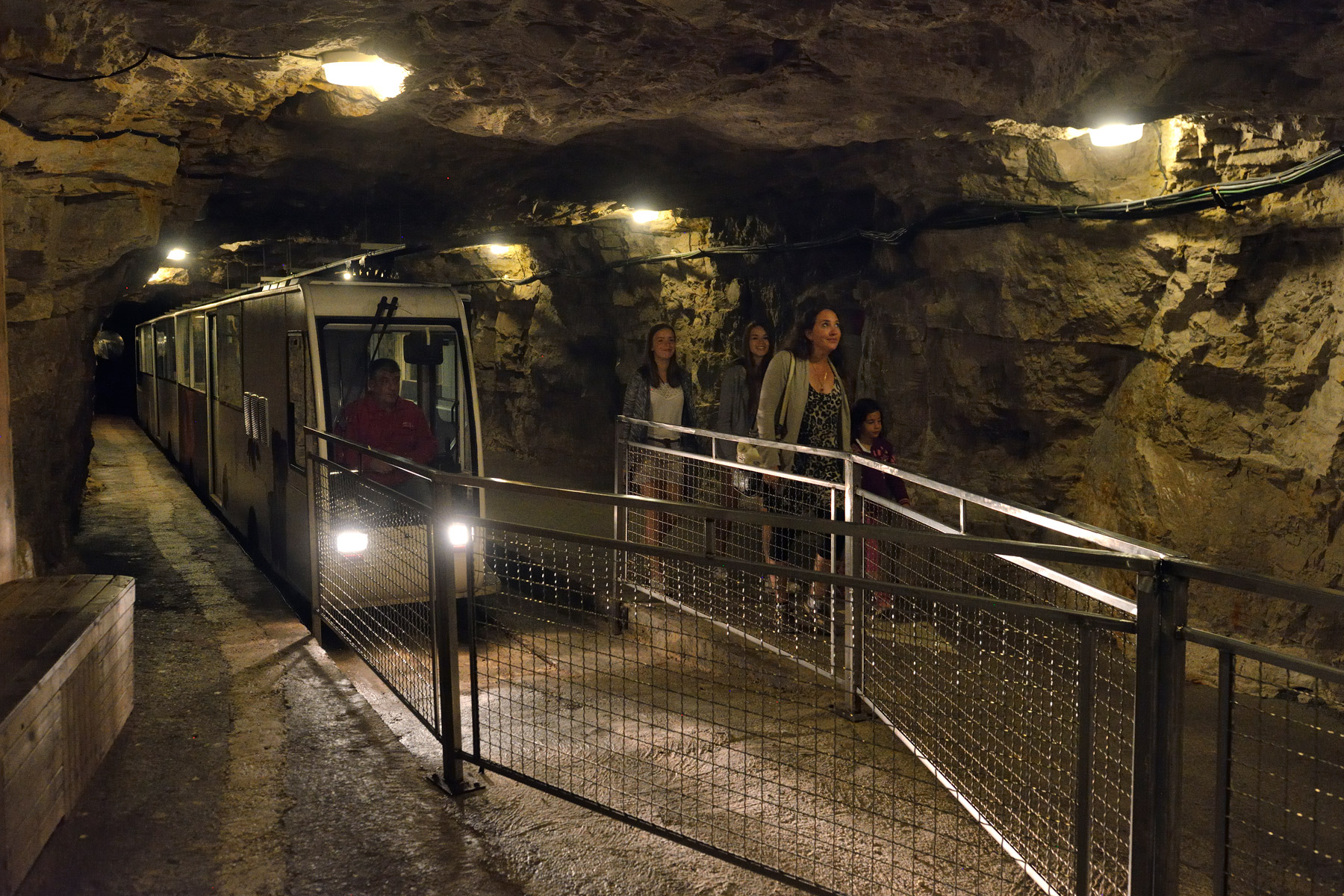 histoire du tourisme souterrain grottes-de-lacave-site_touristique-_michel-blot