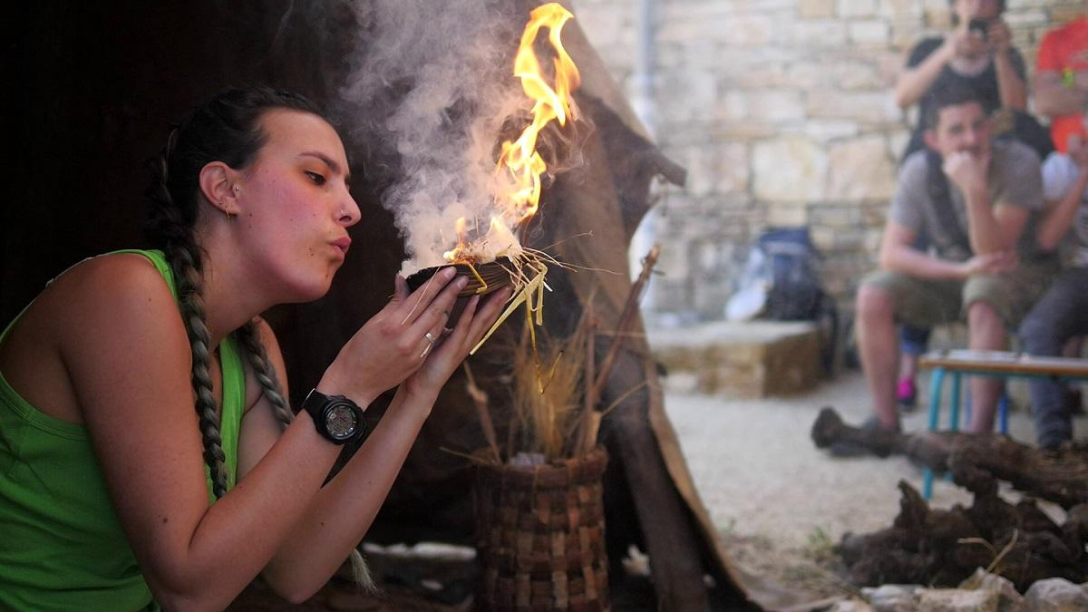 activités autour des grottes de France secrets-feu-animation-cite-prehistoire-ardeche-orgnacmaud-le-dain