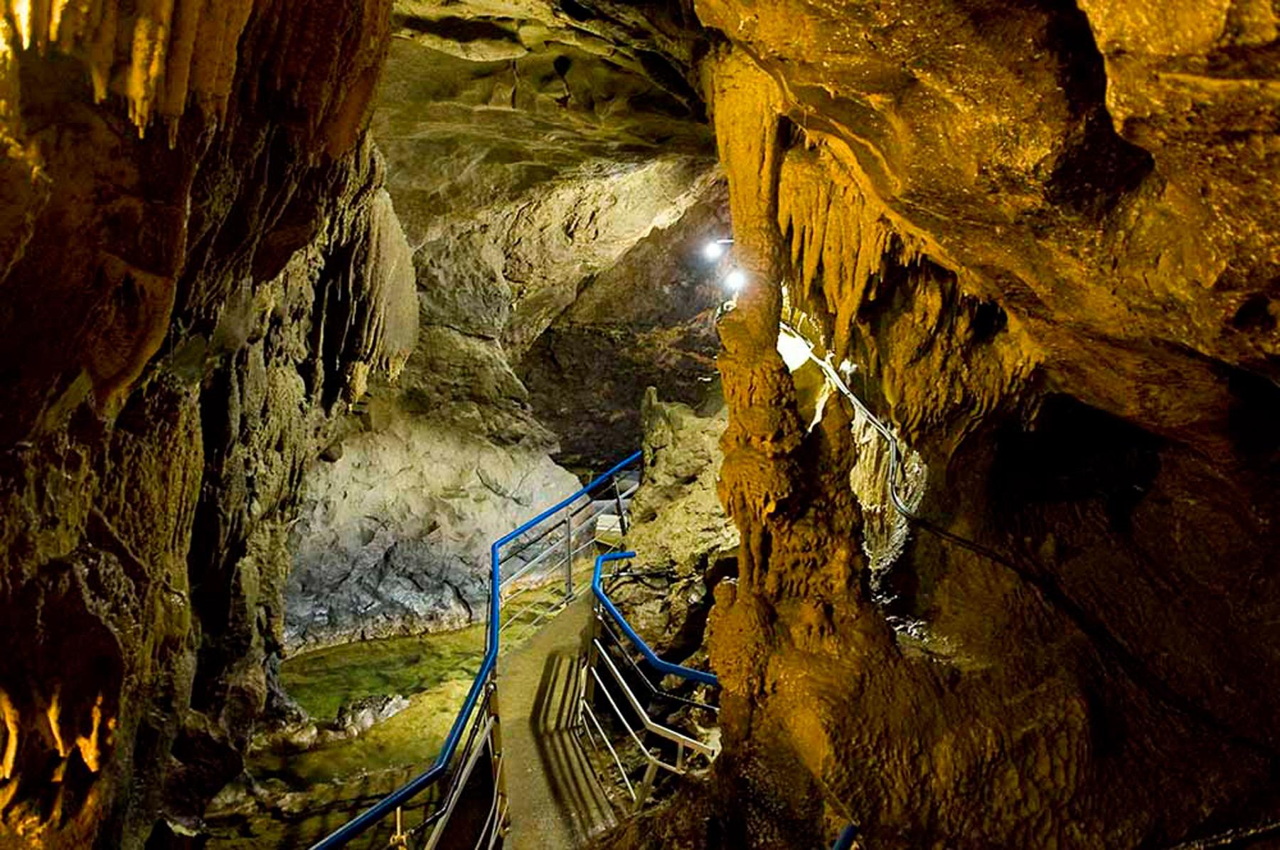 histoire du tourisme souterrain tourisme-riviere-souterraine-labouiche-ariege-foix